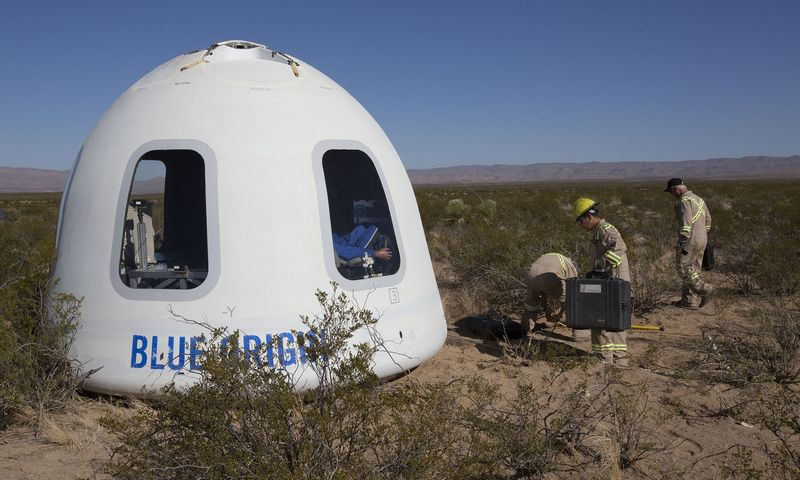 """Ant žemės nusileidusi """"Blue Origin"""" kapsulė. (AP/ """"Scanpix"""" nuotr.)"""