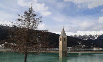 Iš ežero Italijoje iškilo prieš 70 metų užtvindytas kaimas