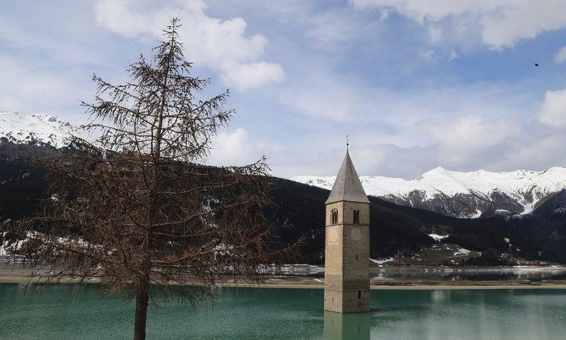 "Garsioji bažnyčios bokšto smailė Resia ežere. Pierre Teyssot (ESPA / ""Scanpix"") nuotr."