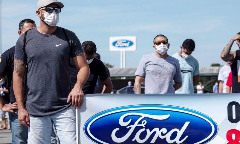 """""""Ford Brasil"""" darbuotojai piketuoja dėl gamyklų uždarymo. Roosevelto Cassio (""""Reuters"""" / """"Scanpix"""") nuotr."""