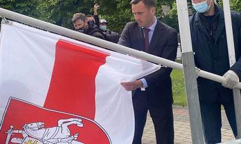 IIFF prašo Rygos pašalinti jos vėliavą, iškeltą greta istorinės baltarusių vėliavos