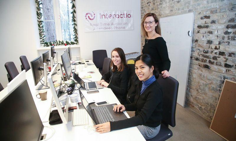 """Simona Andrijauskaitė, viena iš """"Interactio"""" įkūrėjų (stovinti), ir pora startuolio komandos narių. Vladimiro Ivanovo (VŽ) nuotr."""