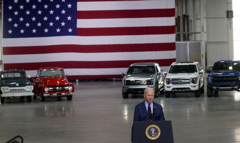"JAV prezidentas Joe Biden kalba ""Ford Rouge Electric Vehicle"" centre.  Leah Millis (""Reuters"" / ""Scanpix"") nuotr."