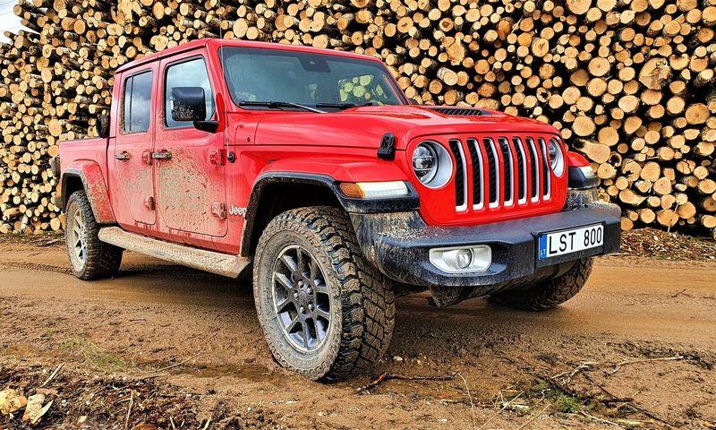 """""""Jeep Gladiator"""" pateikia šiuo metu vienintelį krovininio pikapo su """"premium"""" savybėmis derinį. Lino Butkaus nuotr."""