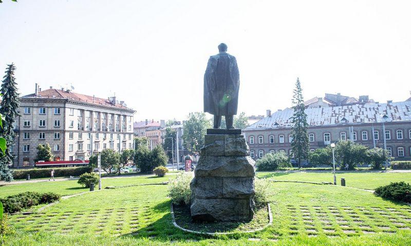 Rašytojo Petro Cvirkos paminklas ir skveras Vilniuje. Juditos Grigelytės (VŽ) nuotr.