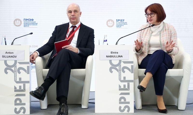 """Sankt Peterburgo ekonomikos forume Rusijos finansų ministras Antonas Siluanovas ir centrinio banko vadovė Elvira Nabiullina. Anton Novoderezhkin (TASS/""""Scanpix"""") nuotr."""