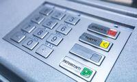 Svarstymai įpareigoti bankus įrengti daugiau bankomatų atidedami rudeniui