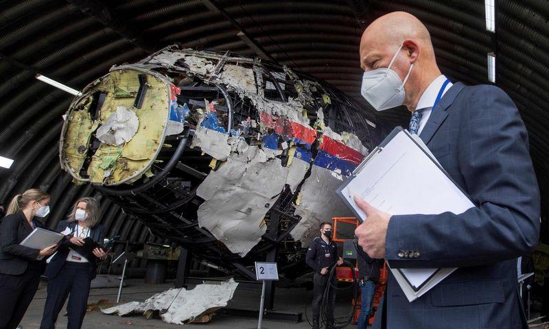 """Pirmininkaujantis teisėjas Hendrikas Steenhuisas apžiūri """"Malaysia Airlines"""" lėktuvo nuolaužas Gilze-Rijen karinėje oro bazėje. Peter Dejong (AFP/""""Scanpix"""") nuotr."""