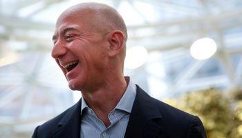 """Kelionė į kosmosą su """"Amazon"""" įkūrėju parduota už 28 mln. USD"""