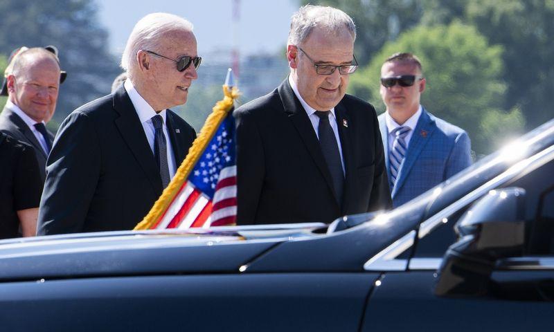 """JAV prezidentą Joe Bideną Ženevos oro uoste pasitiko Šveicarijos prezidentas Gay Parmelinas. Martial Trezzini (AP/""""Scanpix"""") nuotr."""