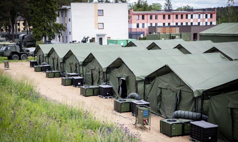 """Palapinių miestelis Užsieniečių registravimo centre. Luko Balandžio (""""15min.lt""""/""""Scanpix"""") nuotr."""
