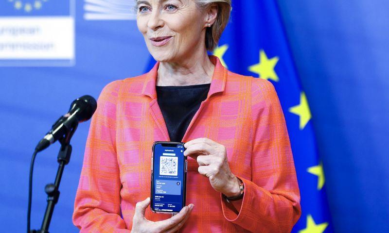 """Europos Komisijos pirmininkė Ursula von der Leyen rodo savo ES skaitmeninį kelionės sertifikatą.  Johanna Geron (AP/""""Scanpix"""") nuotr."""