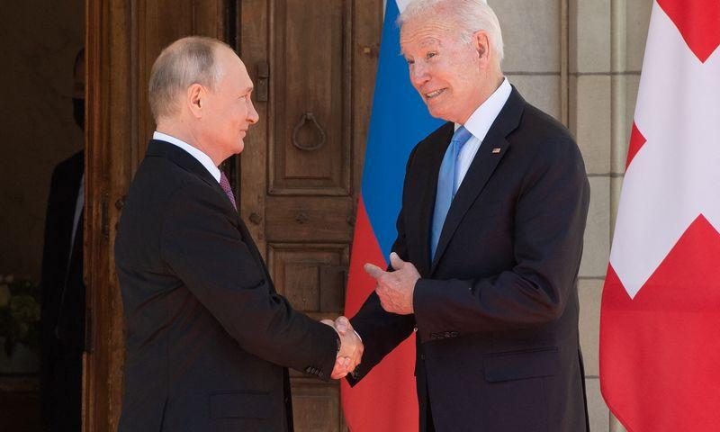 """Vladimiras Putinas, Rusijos prezidentas ir Joe Bidenas, JAV prezidentas Ženevoje. Saulo Loebo (AFP/ """"Scanpix"""") nuotr."""