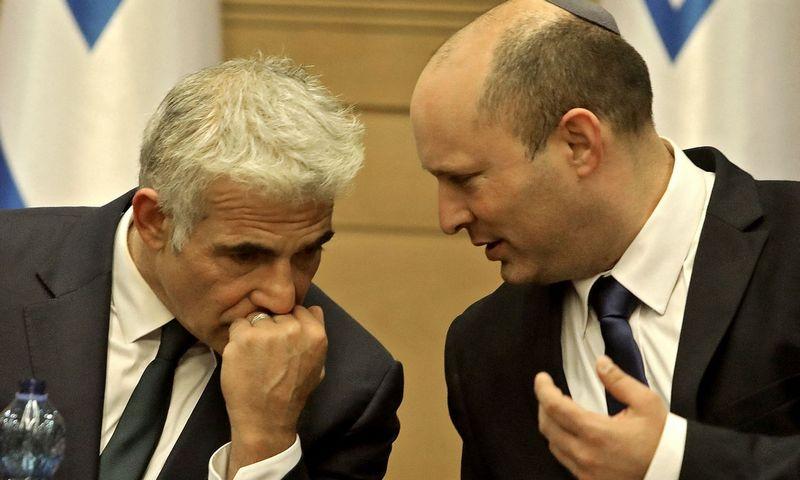 """Naftali Bennettą, dabartinį Izraelio premjerą (dešinėje), ir Yairą Lapidą (kairėje) daugiausiai vienija tik nepakantumas Benjaminui Netanyahu. Gilo Coheno-Mageno (AFP / """"Scanpix"""") nuotr."""