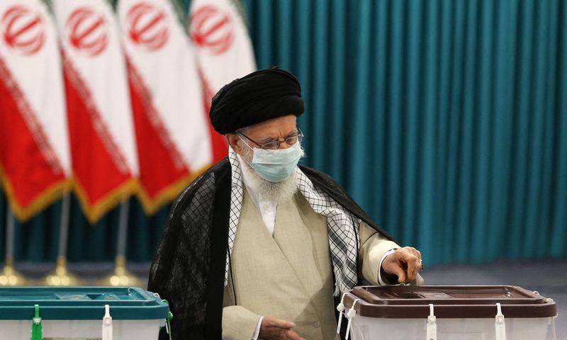 "Balsuoja ajatola Ali Khamenei. Atta Kenare (AFP/""Scanpix"") nuotr."