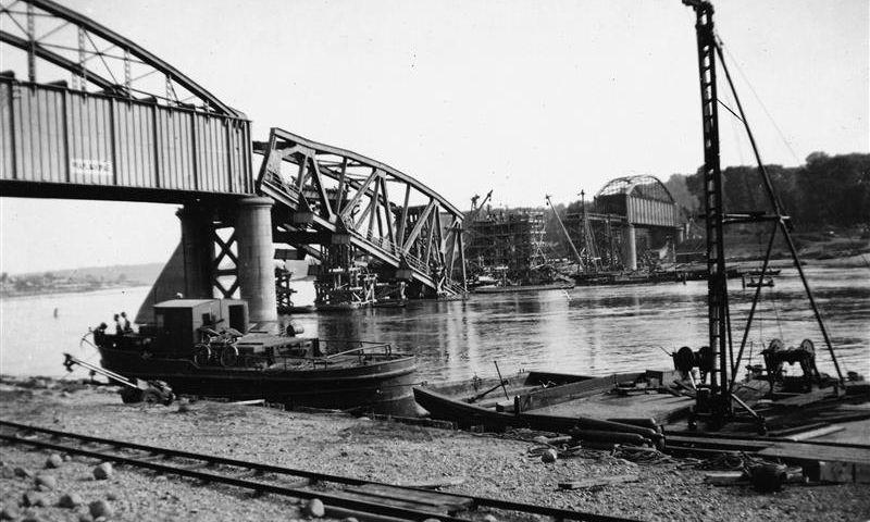 Pirmosios Antrojo pasaulinio karo dienos Lietuvoje. Susprogdintas geležinkelio tiltas per Nemuną Kaune. 1941 m. birželio 24 d. Lietuvos centrinio valstybės archyvo (LCVA) nuotr.
