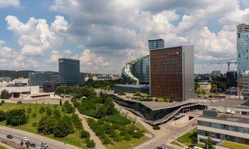 """""""Not Perfect"""" tapo """"Swedbank"""" reklamos partneriais Baltijos šalyse"""