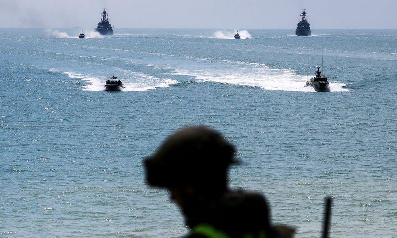 """Rusijos karinės pratybos Juodojoje jūroje netoli Krymo. Sergei Malgavko (TASS/ """"Scanpix"""") nuotr."""