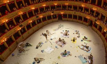"""Dėl """"Saulės ir jūros"""" į Romos """"Teatro Argentina"""" italai atvežė 20 t smėlio"""