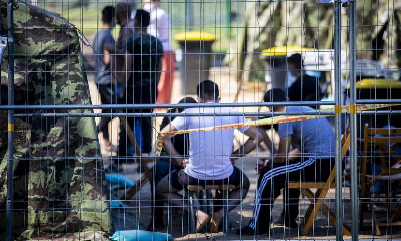 """Migrantai palapinių miestelyje Pabradės Užsieniečių registravimo centre. Luko Balandžio (""""15min.lt""""/""""Scanpix"""") nuotr."""