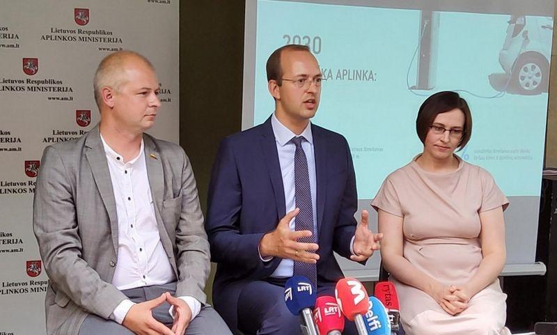 S. Gentvilas, aplinkos ministras, M. Skuodis, susisiekimo ministras ir G. Krušnienė, aplinkos viceministrė, pristatė naują mokestinę sistemą. Susisiekimo ministerijos nuotr.