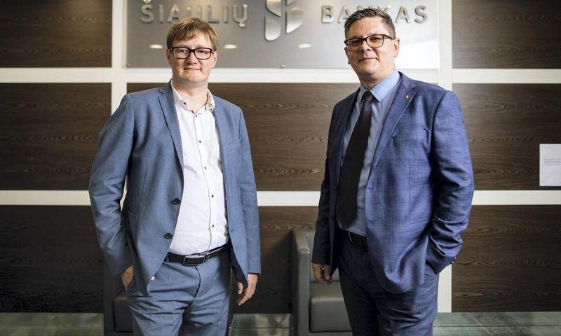 Kairėje – Simas Žemaitis, Šiaulių banko Infrastruktūros administravimo skyriaus vadovas, dešinėje Jonas Gibavičius, BMK projektų vadovas.