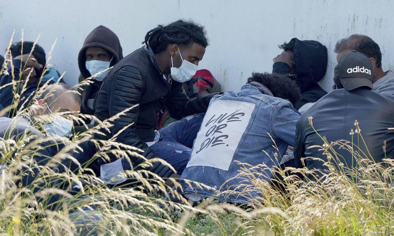 """Anglijos pakrantėje liepos 20 d. sulaikyta grupė per Lamanšą persikėlusių nelegalių migrantų. Gareth Fuller (AP/""""Scanpix"""") nuotr."""