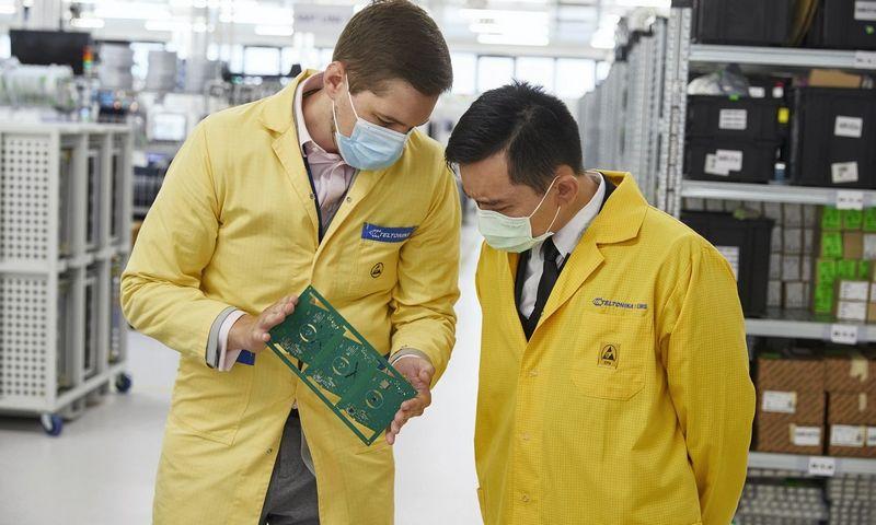 """Taivano misijos Baltijos šalims vizitas """"Teltonikos"""" gamykloje. Bendrovės nuotr."""