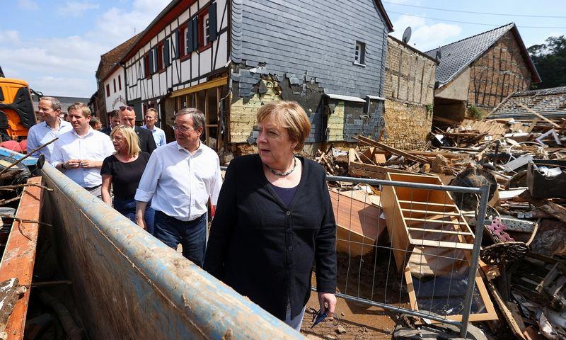 """Angela Merkel, Vokietijos kanclerė, ir kandidatas į kanclerius Arminas Laschetas. Wolfgango Rattay (""""Reuters / """"Scanpix"""") nuotr."""