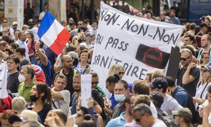 """Protestai Paryžiuje šeštadienį prieš sveikatos pažymėjimo reikalavimus. Vincent Isore (""""Imago Images""""/""""Scanpix"""") nuotr."""