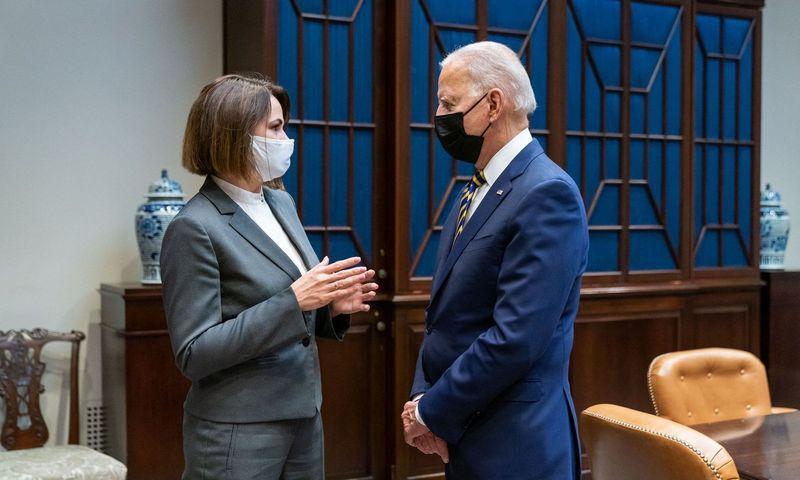 "Joe Bidenas susitinka su Sviatlana Cichanouskaja. AFP/""Scanpix""/ Baltųjų Rūmų nuotr."