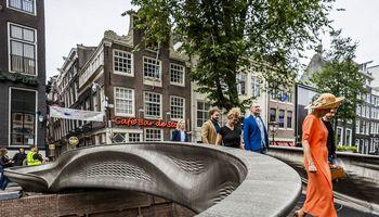 Pėstieji Amsterdame gali pasivaikščioti trimate technologija atspausdintu tiltu