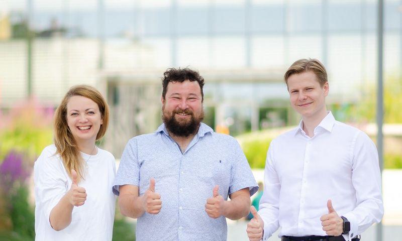 """Algirdas Stonys (per vidurį), """"TeleSofto"""" direktorius ir Aurelija Šilinskaitė bei Mindaugas Galvosas, """"Aichom"""" įkūrėjai. Bendrovės nuotr."""