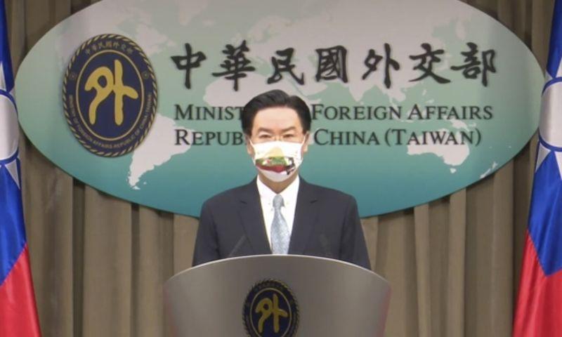 """""""Lietuva yra gera Taivano partnerė, besivadovaujanti tomis pačiomis laisvės ir demokratijos vertybėmis"""", – virtualios spaudos konferencijos metu pareiškė Josephas Wu, Taivano užsienio reikalų ministras. Konferencijos stop kadras. """"AP Video"""" / """"Scanpix"""" nuotr."""