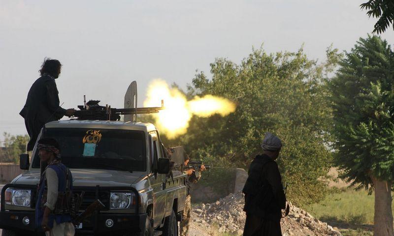 """Afganistano pajėgų kariai apsišaudo su Talibano kovotojais prie Šibargano miesto. Kawos Basharato (""""Xinhua"""" / """"Chine Nouvelle"""" / SIPA / """"Scanpix"""") nuotr."""