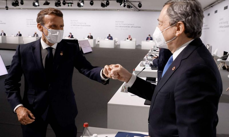 """Emmanuelis Macronas, Prancūzijos prezidentas, ir Mario Draghi, Italijos premjeras. Ludovic Marin (AFP / """"Scanpix"""") nuotr."""