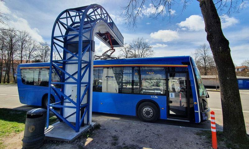 """Elektrobusas """"Dancer"""" įkrovimo stotelėje Klaipėdos autobusų parke. Lino Butkaus (VŽ) nuotr."""