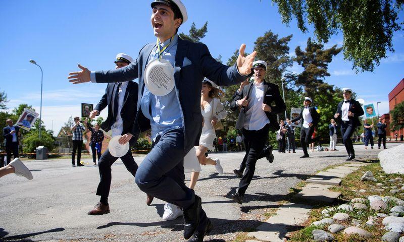 """Švedijos moksleiviai švenčia mokslo metų pabaigą, 2020 m. Jessica Gow (""""Reuters"""" / """"Scanpix"""") nuotr."""