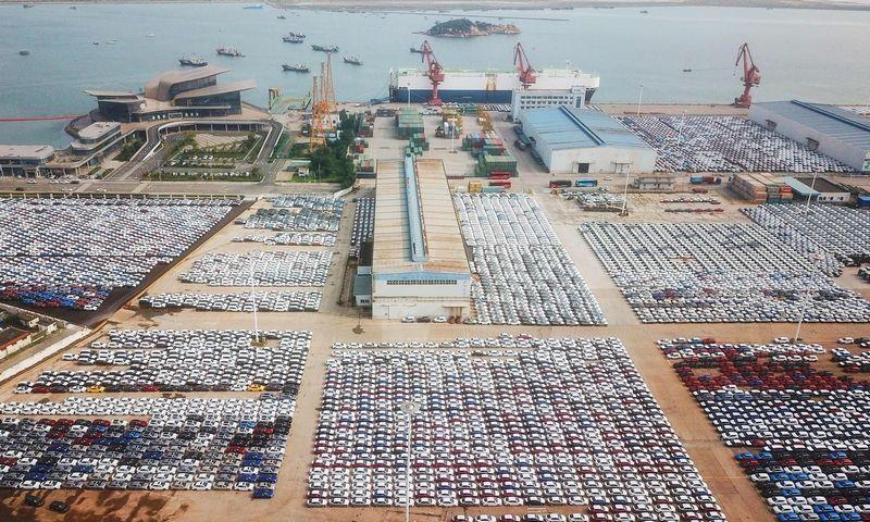 "Automobiliai Kinijos Lianjungango uoste. ""Scanpix""/AFP/STR nuotr."