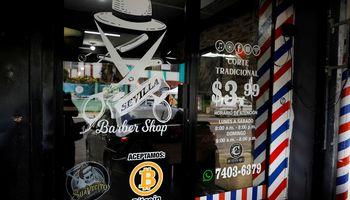 Bitkoino įteisinimas Salvadore prasidėjo kainos smukimu ir trikdžiais