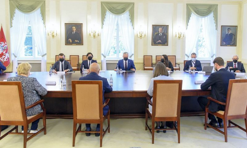 Prezidentas G. Nausėda susitiko su finansų ministre G. Skaiste ir grupe Seimo narių, kad aptartų mokesčių sistemos pertvarkas. Roberto Dačkaus (Prezidento kanceliarija) nuotr.