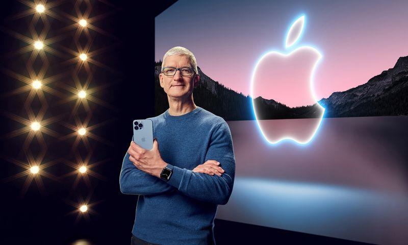"Timas Cookas, ""Apple"" vadovas, rankose laiko ""iPhone 13 Pro Max"".  ""Apple""/""Scanpix"" nuotr."
