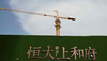 """""""Evergrande"""" įspėja apie toliau smunkančius pardavimus ir bankroto riziką"""