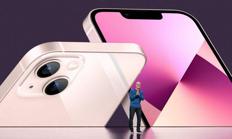 """Timas Cookas, """"Apple"""" vadovas, naujųjų """"iPhone"""" pristatyme. (AFP/""""Scanpix"""") nuotr."""