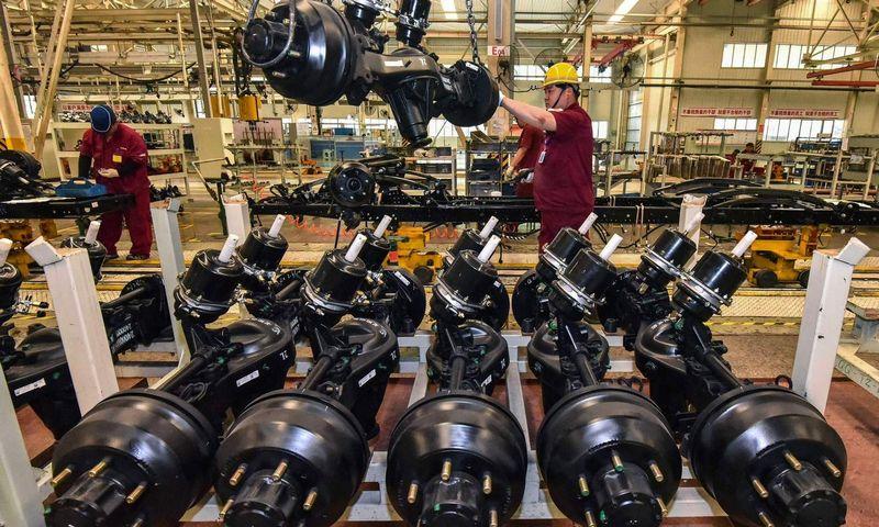 """Daugiausia nerimo ekspertams kelia nesibaigiantis """"butelio kaklelio"""" efektas pasaulinėse tiekimo grandinėse. STR / AFP / """"Scanpix""""/ nuotr."""
