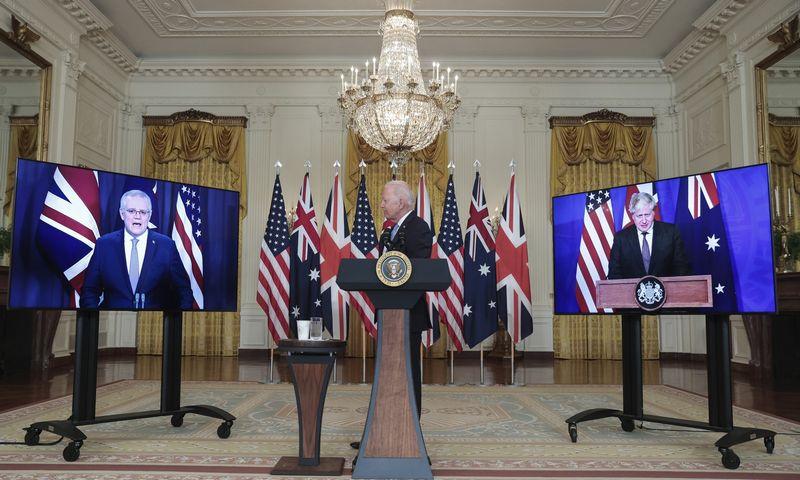 """Australijos ministras pirmininkas Scottas Morrisonas (kairėje), JAV prezidentas Joe Bidenas ir JK ministras pirmininkas Borisas Johnsonas pranešė apie naują nacionalinio saugumo iniciatyvą. Oliver Contreras (CNP/""""Zuma Press""""/""""Scanpix"""") nuotr."""