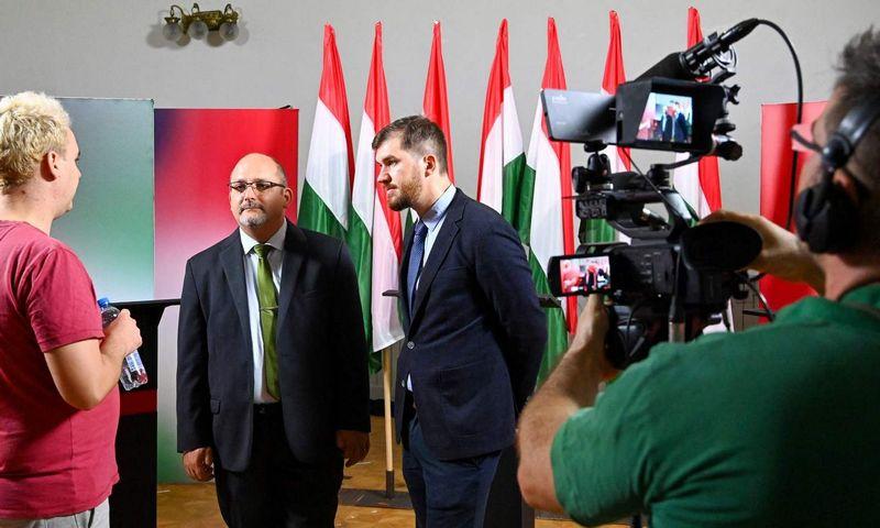 "Antalas Csardi (kairėje) ir Ferencas Gelencseris (dešinėje) Attilos Kisbenedeko (AFP/""Scanpix"") nuotr."