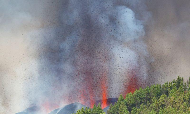 """Ugnikalnio išsiveržimas La Palmos saloje. Borja Suarez (""""Reuters""""/""""Scanpix"""") nuotr."""