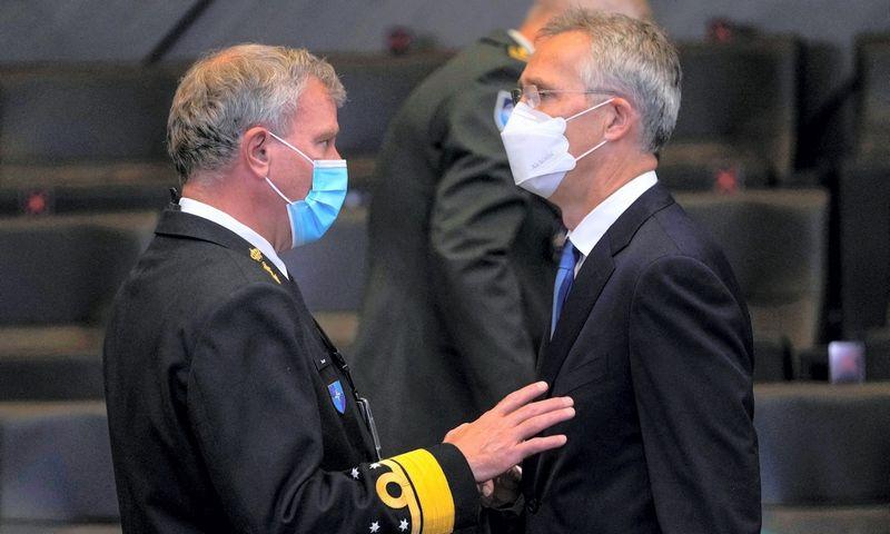 NATO generalinis sekretorius Jensas Stoltenbergas (dešinėje ir  NATO karinio komiteto pirmininkas admirolas Robas Baueris. Francisco Seco (AFP)