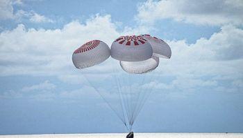 """Pirmoji civilių įgula po trijų dienų kosmose sugrįžo į Žemę – """"SpaceX"""""""